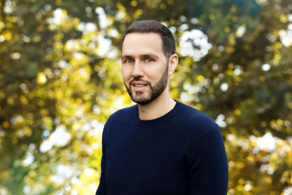 Mathieu Bouarfa fondateur Nutrastream dans un parc en plein jour