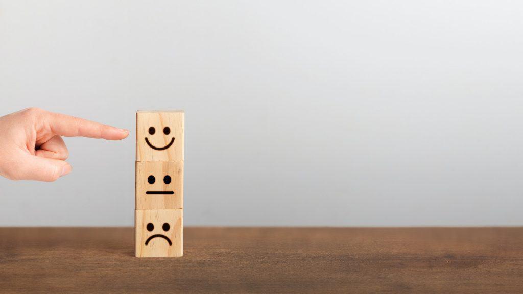 Retrouver le moral, comme l'indique ce doigt pointant sur un cube avec un sourire