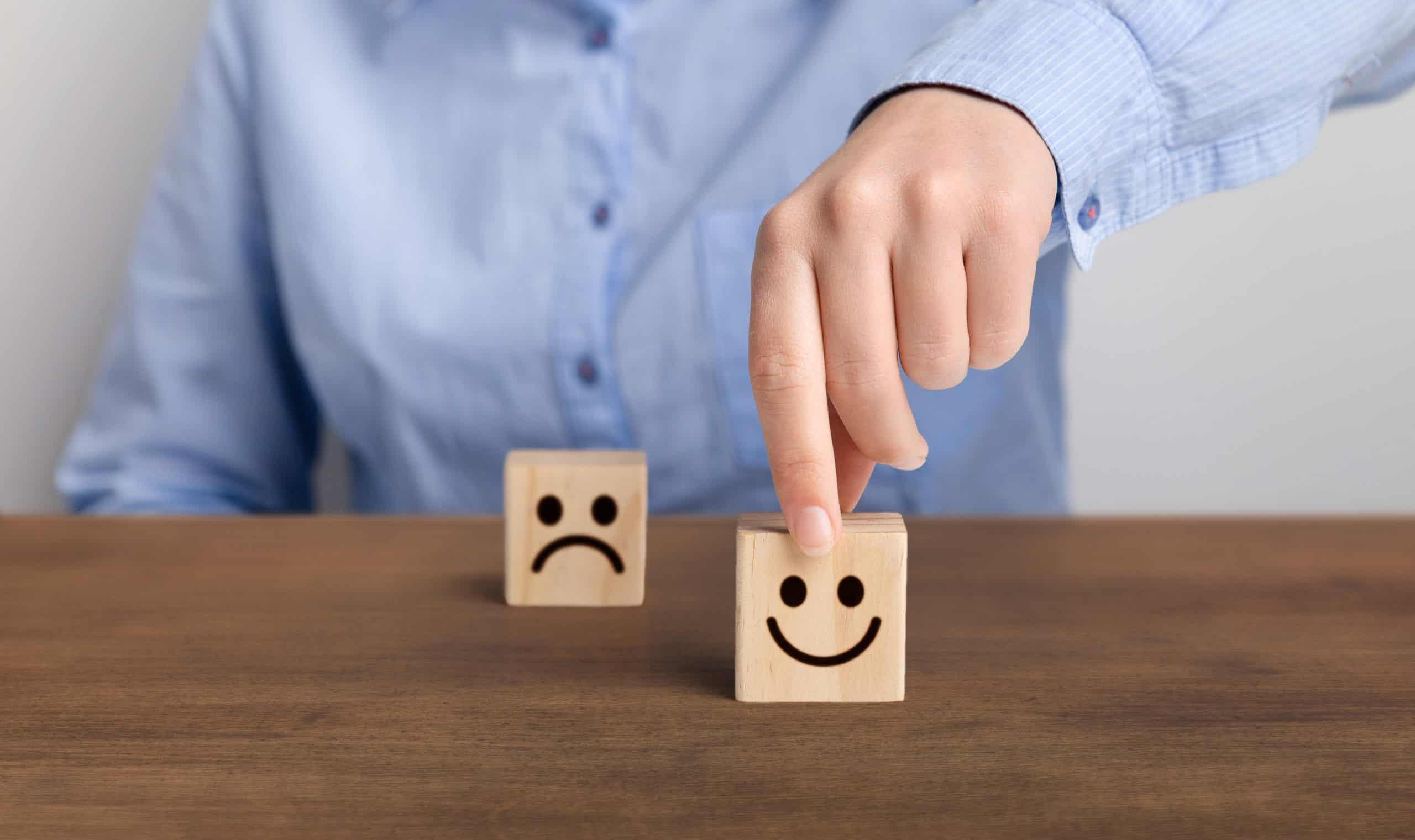 Homme choisissant d'être heureux et de vaincre ses coups de blues