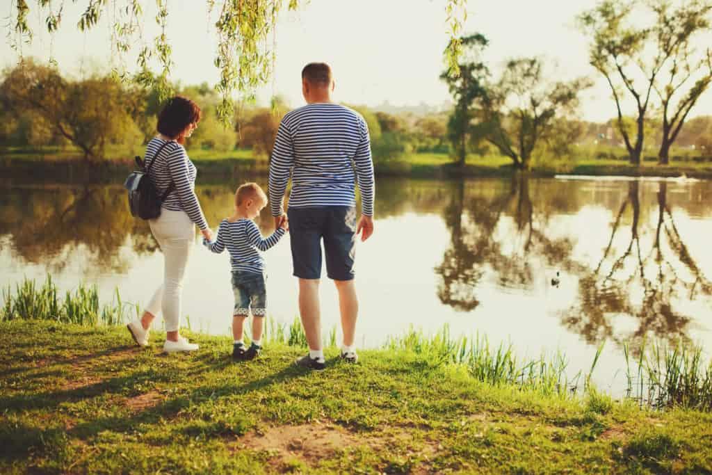 Stimulez vos hormones du bonheur comme cette famille heureuse dans un parc l'été