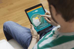 un homme consulte le Guide Immunité Nutrastream sur sa tablette dans son salon