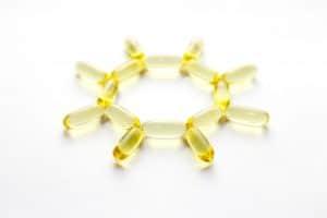 Capsules de vitamine D pour pallier une carence et formant un soleil